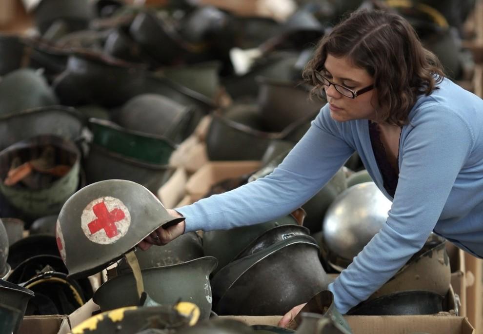 """11. Военные каски в ящиках перед распродажей в Уэмбли 24 ноября 2009 года. На распродаже была выставлена униформа, которая использовалась для съемок различных военных фильмов, например такого как """"Спасение рядового Райана"""". (Photo by Dan Kitwood/Getty Images)"""