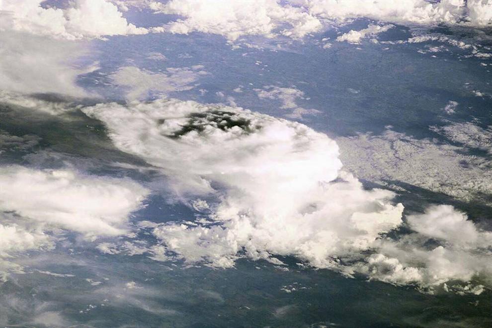 11. С самого начала астронавтов на космической станции привлекал процесс зарождения бури или урагана. На этом фото – первое изображение с космической станции – грозовые тучи над Землей. Фото было сделано с помощью электрической камеры. Сегодня космическая станция оборудована высококачественными цифровыми камерами Nikon. (Image Science & Analysis Laboratory, NASA Johnson Space Center)