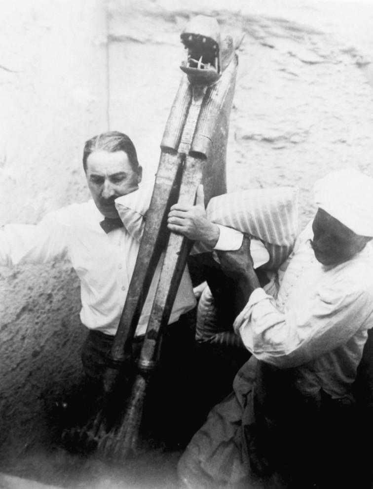 11. Археологи выносят древние артефакты во время раскопок в Каире. (AP Photo)