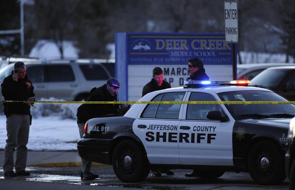 11. Полицейские работают на месте преступления в средней школе «Dear Creek». Убийцу остановил учитель математики Дэвид Бенке. (Joe Amon / The Denver Post)