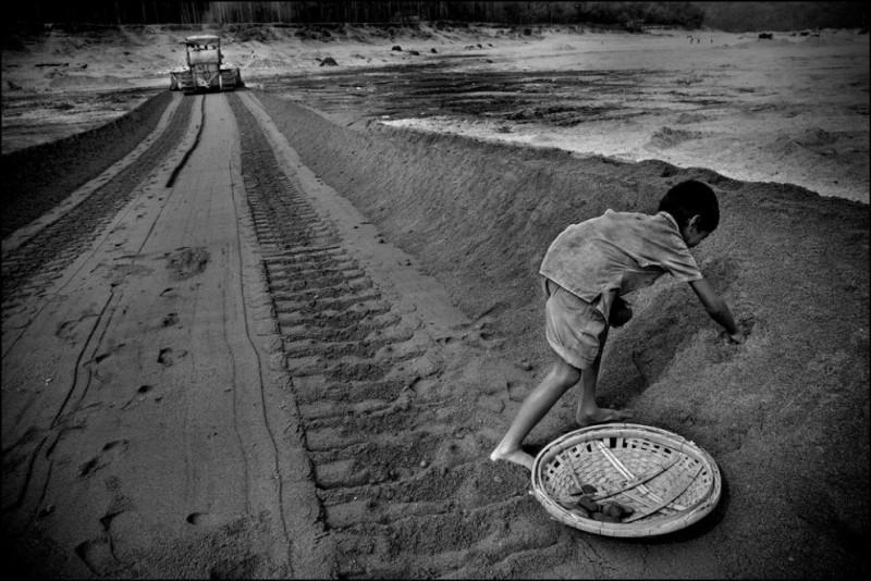 11) Дети тоже участвуют в добыче камней. Этот ребенок собирает осколки камней в ведро и получает по 7 центов в конце рабочего дня.