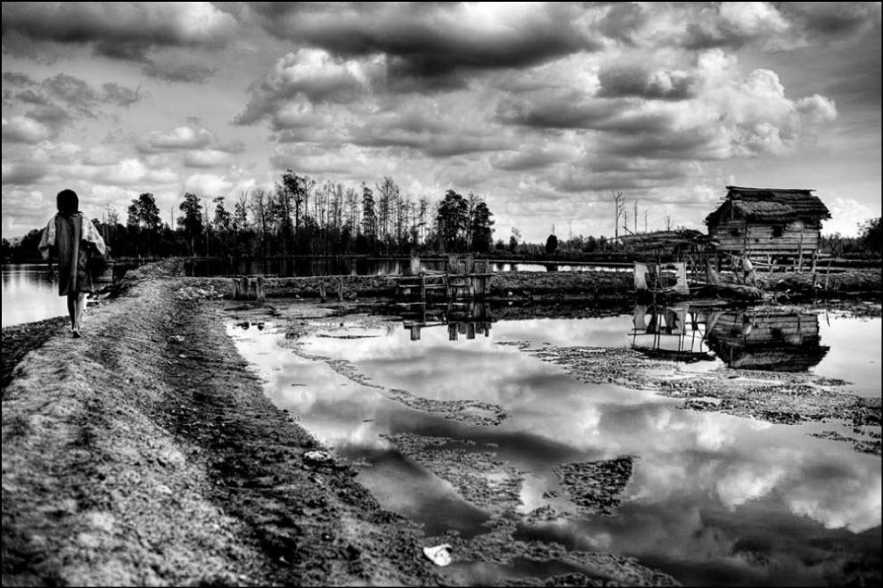 11) Пустой дом стоит среди искусственных озер. Все на работе.