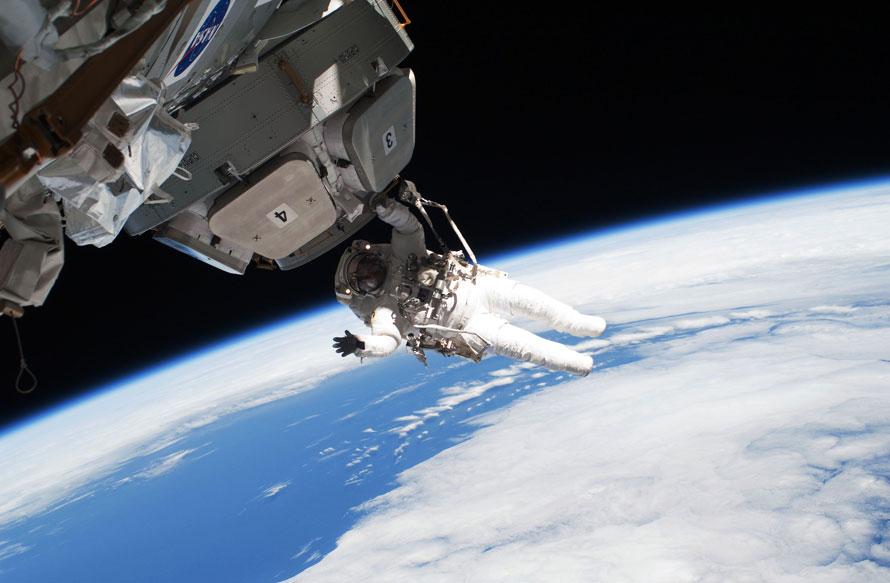 11. Астронавт Николас Патрик работает за бортом Международной космической станции. Во время выхода в открытый космос Патрик и его товарищ Роберт Бенкен убрали изоляционные покрытия и предохранительные болты с каждого из семи окон «Купола». (AP Photo/NASA)