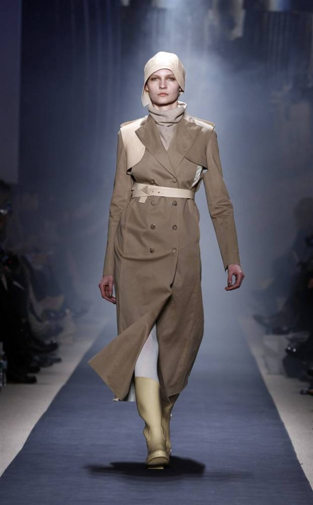 11. Модель представляет шедевр от «Ports 1961» на неделе моды в Нью-Йорке 11 февраля. Своими сильными силуэтами и формами этот лейбл пропагандирует «футуризм» и «мощь». (Lucas Jackson / Reuters)
