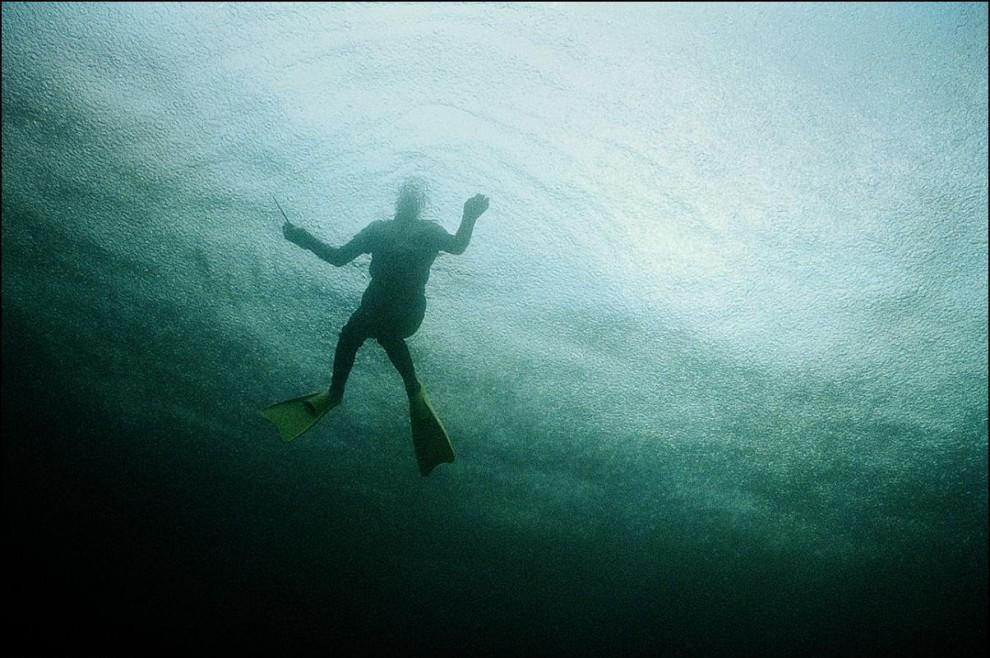 12) На фото видно, что на поверхности моря рябь - это идет ливень.