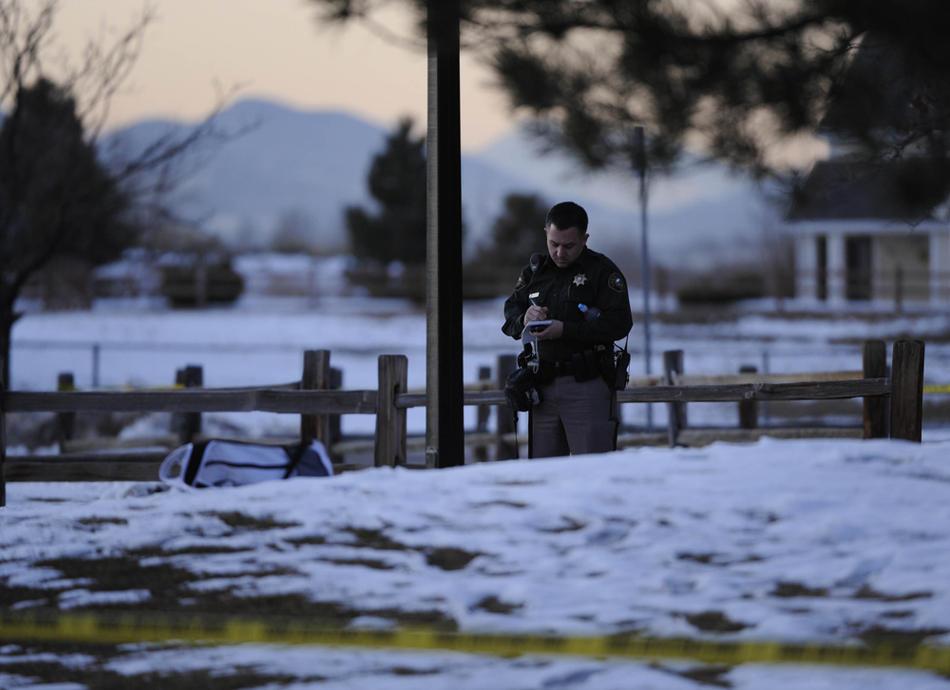 12. Следователи и полицейские работают на месте преступления в средней школе в округе Джефферсон. (Matt Mclain / Special to The Denver Post)
