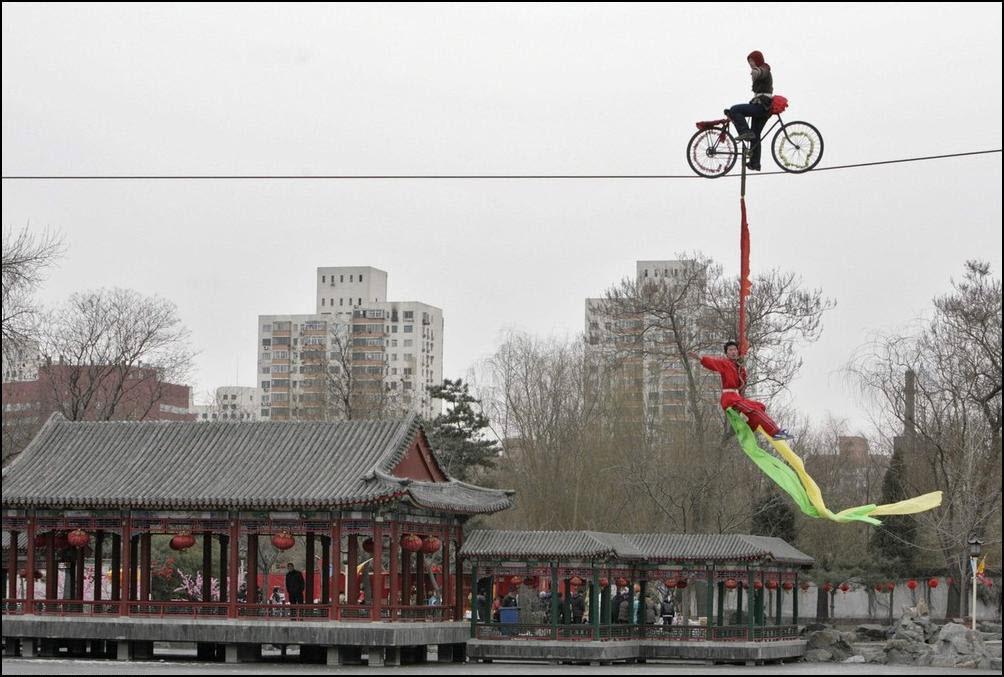 11) Выступление китайских акробатов. (Reuters/Christina Hu)