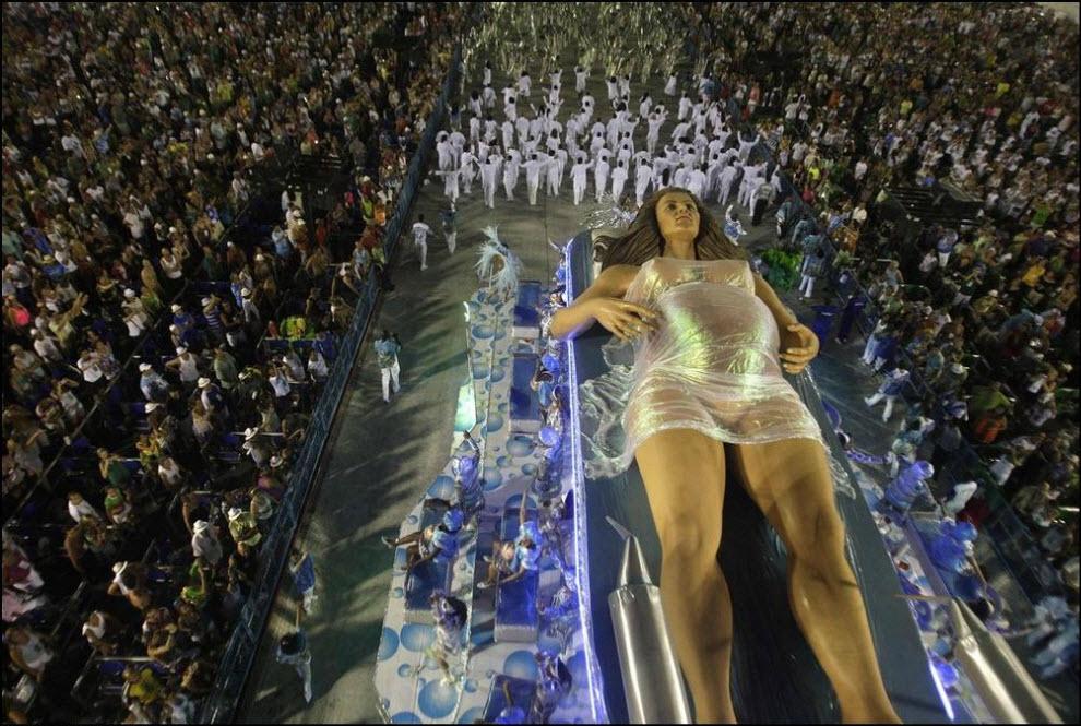 11) Участник карнавала от самба-школы Портела.
