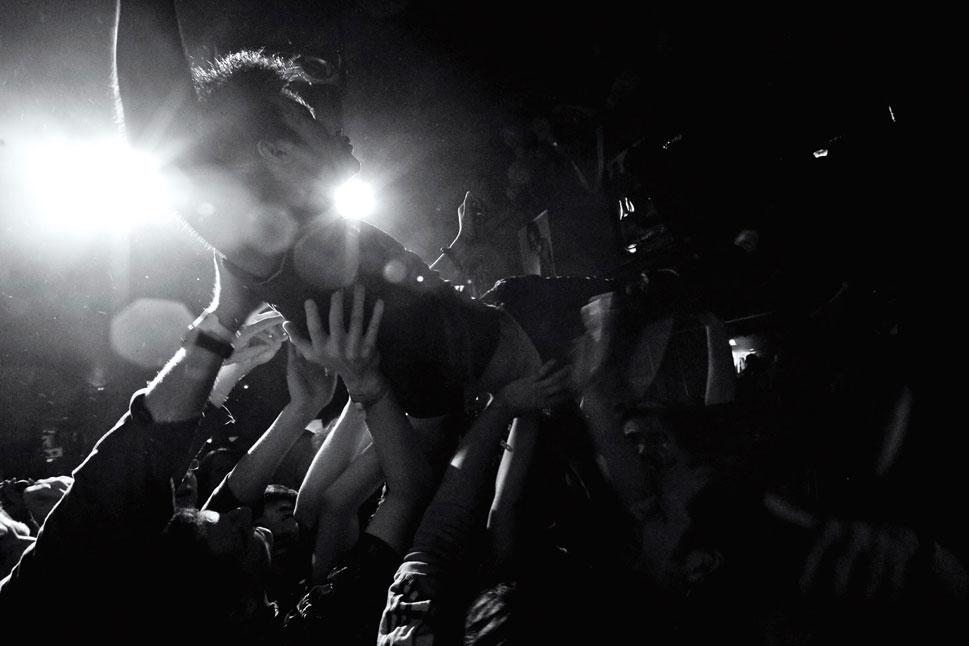 """12) Янг Хаи Сонг из «P.K.-14» рассказывает о создании одной из лучших песен группы, «Red River» («Красная река»): «Двое поспорили. Один говорит, что надо перейти реку, так будет лучше. А другой отвечает: """"Вряд ли. Сомневаюсь, что мы изменимся""""». Его поклонники (см.  фото) понимают, что речь идет о переменах в Китае.  (Matthew Niederhauser, Christina Larson)"""