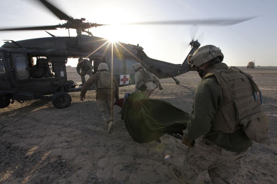 12. Морпехи несут раненого афганца в вертолет во время миссии оперативной группы «Пегас» 17 февраля в Маржахе. Эвакуируя раненых, команда «Пегаса» не раз обстреливалась гранатами и пулеметами. (AP Photo/Brennan Linsley)