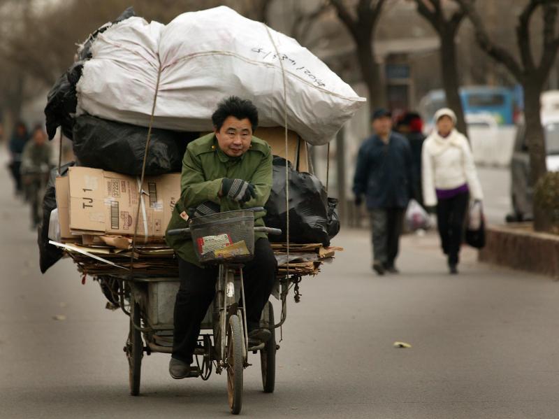 12. Китаец везет мусор в центр переработки в Пекине. (UPI Photo/Stephen Shaver)