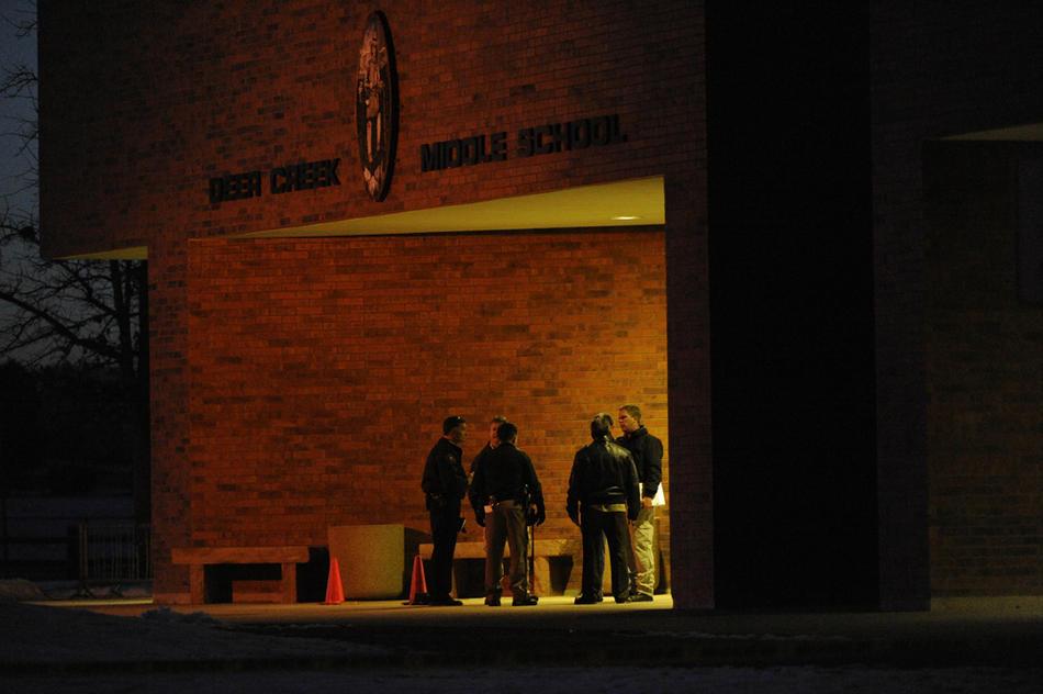 13. Полицейские работали на месте преступления допоздна. (Joe Amon / The Denver Post)