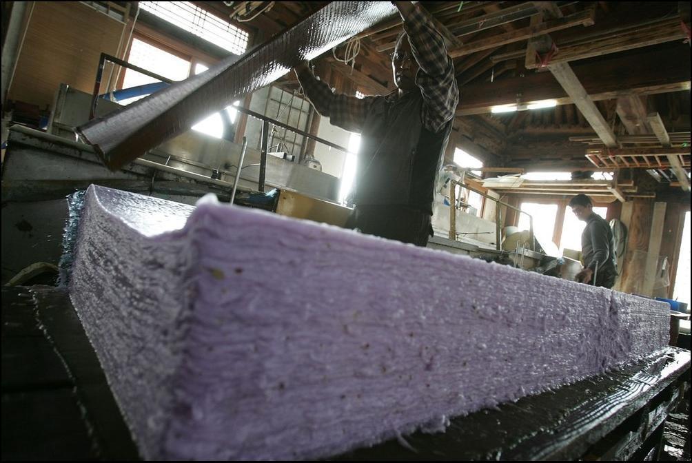 13) Чуть подсохшую бумагу складывают в стопки. (Getty Images/Chung Sung Jun)