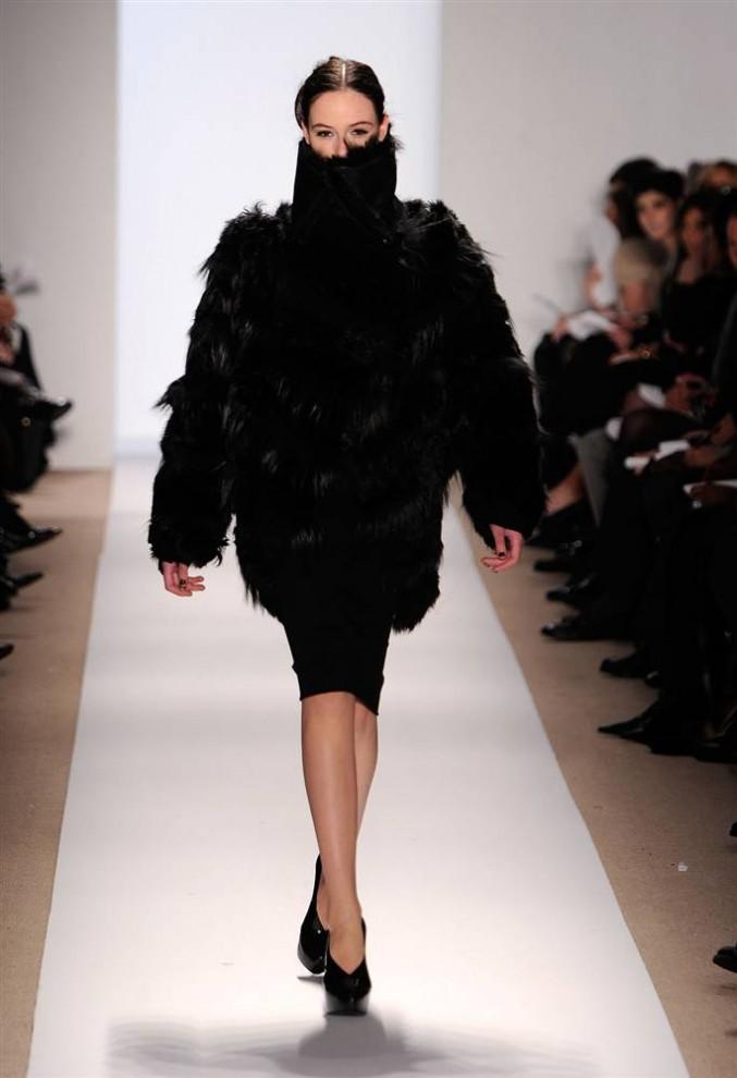 13. Осенняя коллекция от Дэнниса Бассо полна нарядов с роскошным мехом, в который модели на подиуме буквально укутаны. «Думаю, мода существует в циклах, и сегодня главная часть его – мех», - сказал Бассо. (Jemal Countess / Getty Images)