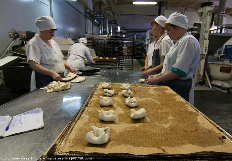 13) В этом же цеху, вручную, делают булочки и слойки.