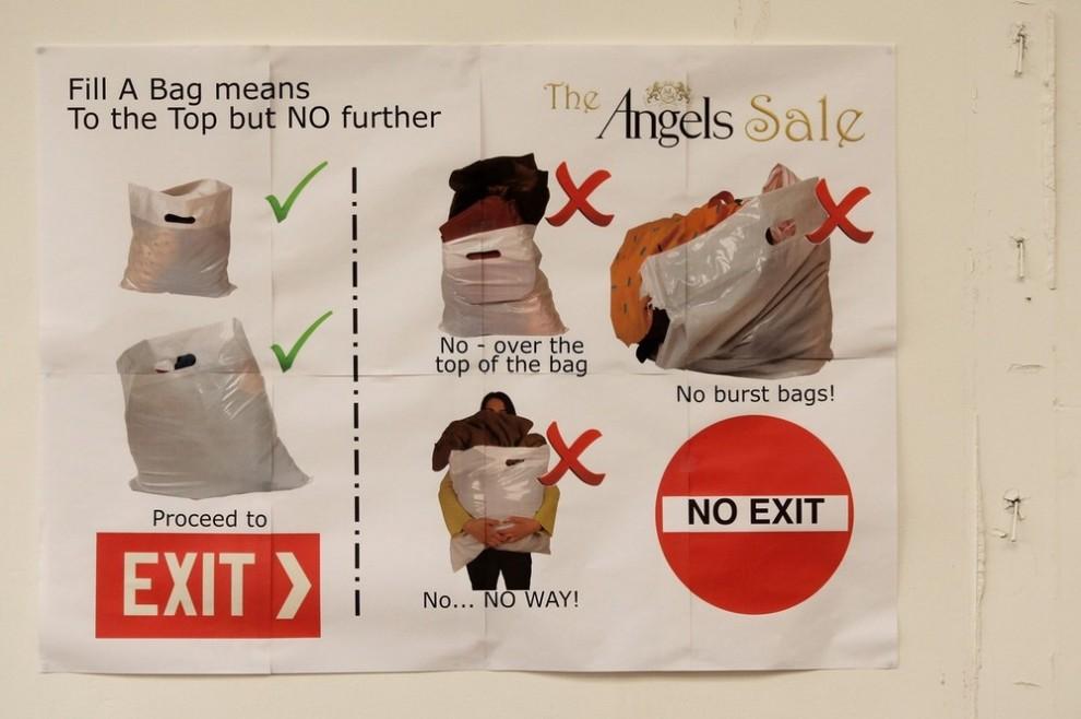 1. Знак на стене склада «Angels Costumiers» инструктирует клиентов, как заполнять свои мешки содержимым во время ретро-распродажи. Снимок сделан 3 февраля 2010 года в Лондоне, в одном из складов в Уэмбли. (Photo by Oli Scarff/Getty Images)