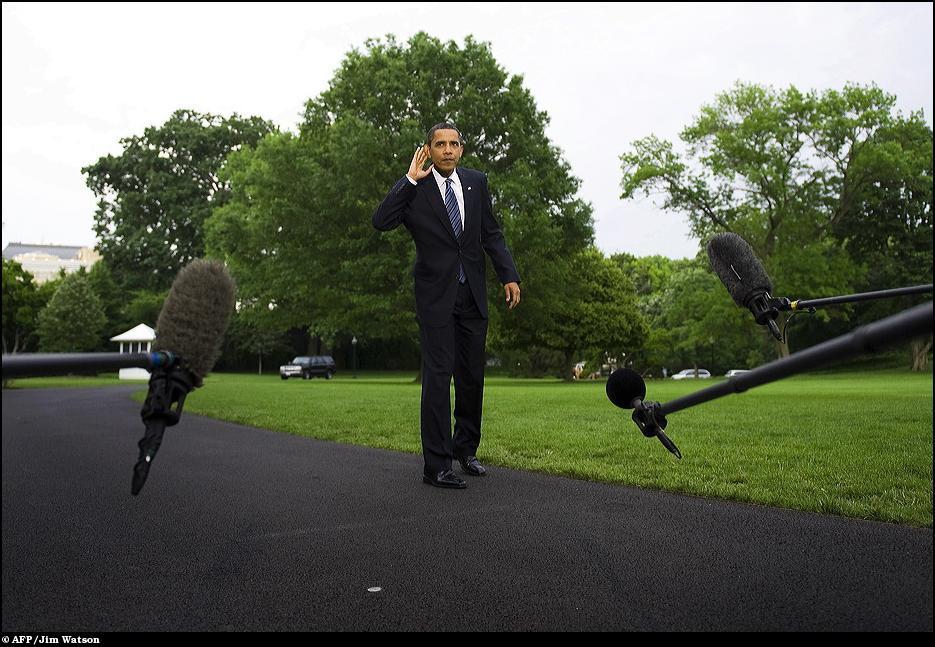 14) Барак Обама слушает вопрос.
