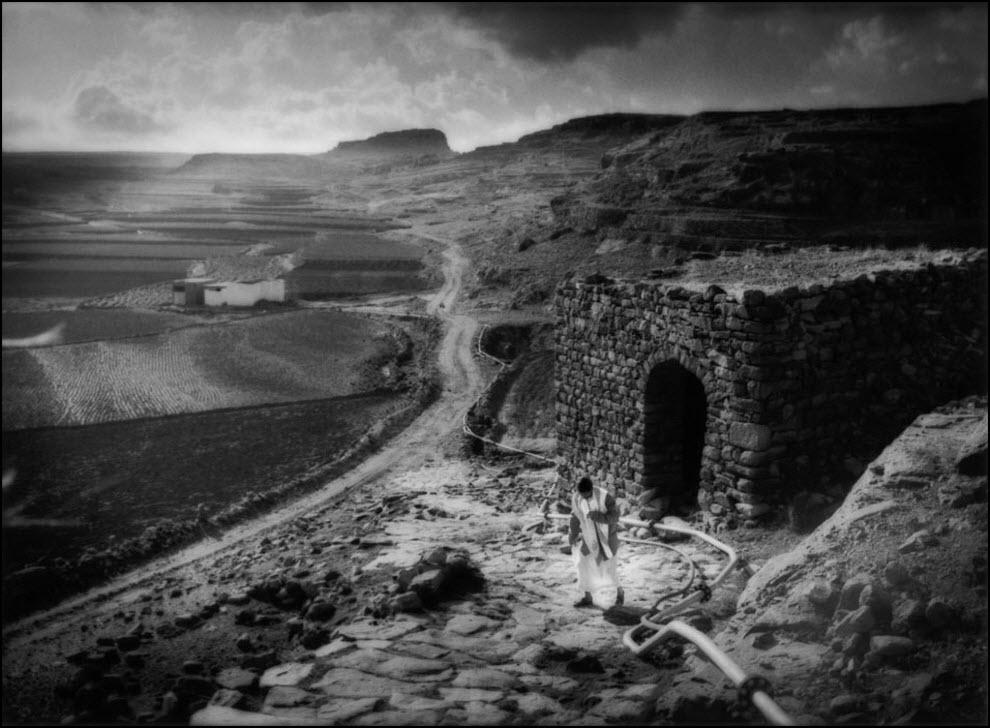 14) Ирригационные трубы доставляют воду на плато над Кавкабаном, Йемен.