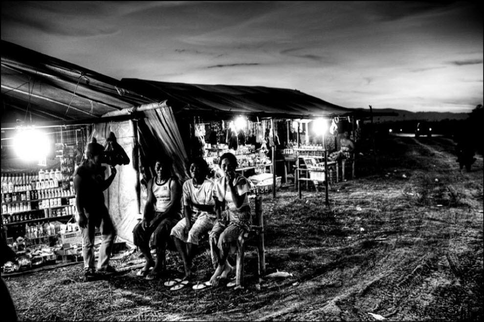 14) Помимо банд грабителей в лагерях шахтеров процветает проституция.