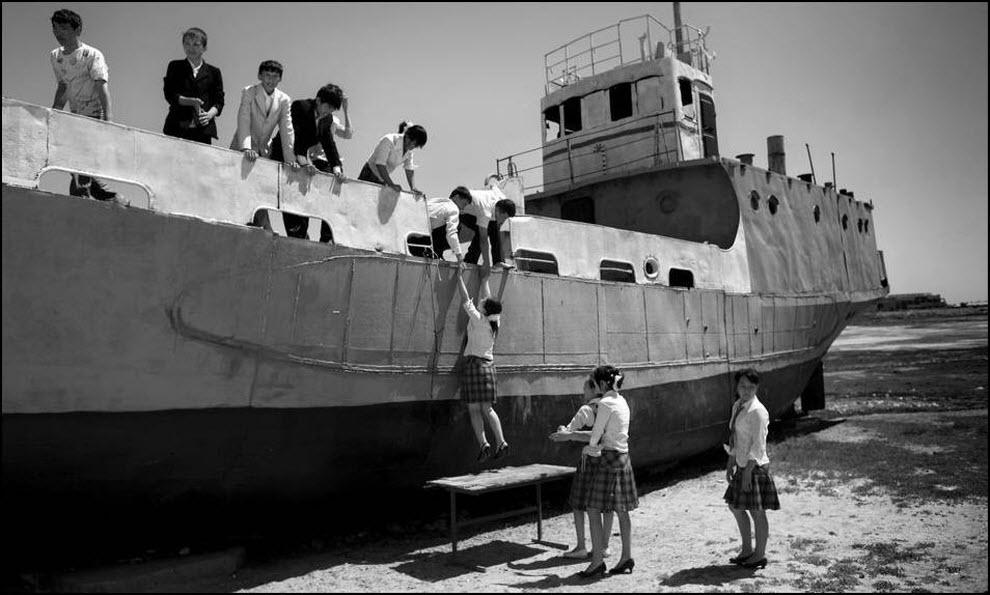 14) Школьники играют на заброшеных кораблях.