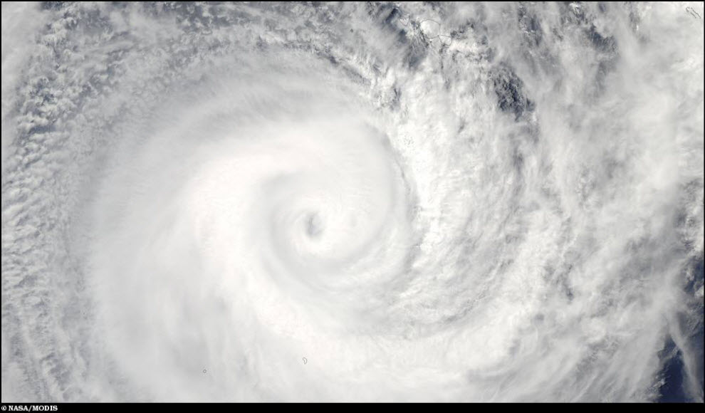 14) Глаз циклона Оли.