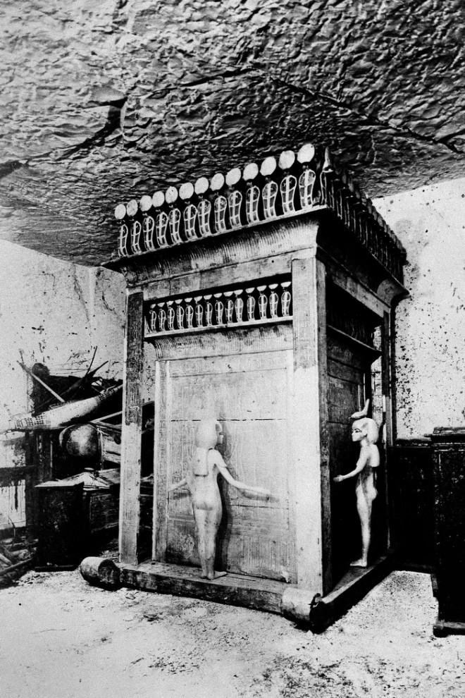 15. Это ковчег Тутанхамона, где хранились сосуды с его внутренностями. Хранилище украшено блестящими на солнце кобрами и свободностоящими статуями богинь Исиды, Нефтиды, Нейт и Селкит. (AP Photo)