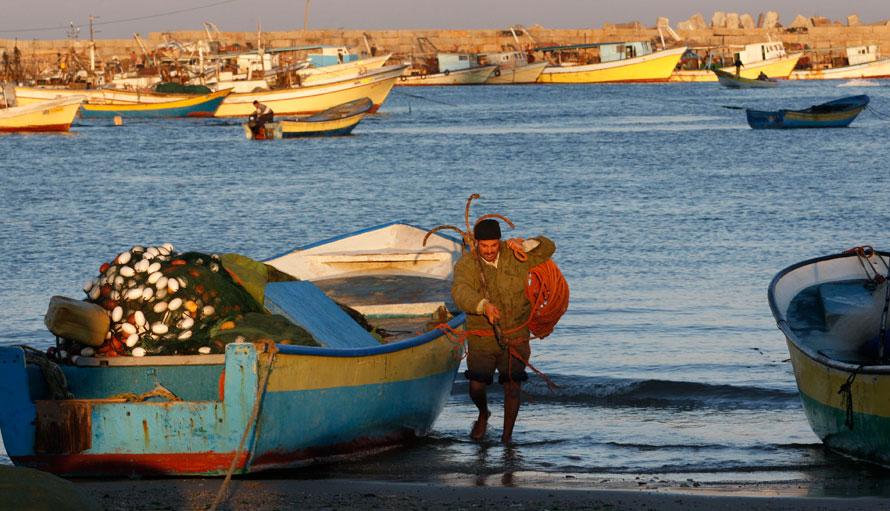15. Палестинский рыбак на восходе в порту Газы. Рыболовство – главный источник дохода для многих палестинцев, живущих в бедном и изменчивом прибрежном районе. (AP Photo/ Hatem Moussa)
