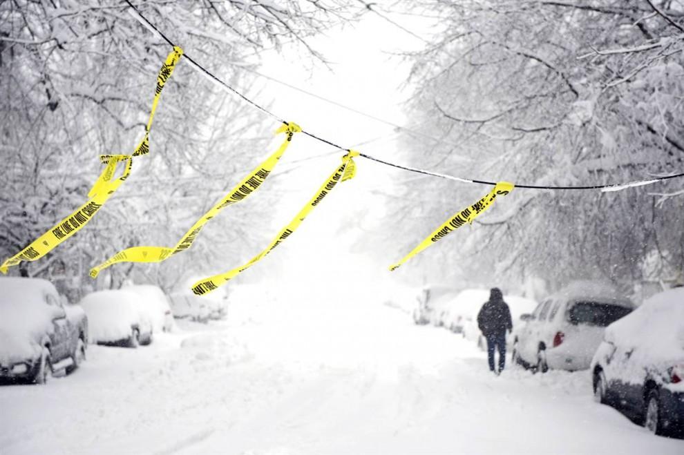 15. Яркие ленточки огораживают место падения линии электросети в результате сильной снежной бури на улице Александрии, штат Вирджиния, 6 февраля. Более 210 000 домов остались без электричества в округе Вашингтона. (Cliff Owen / AP)