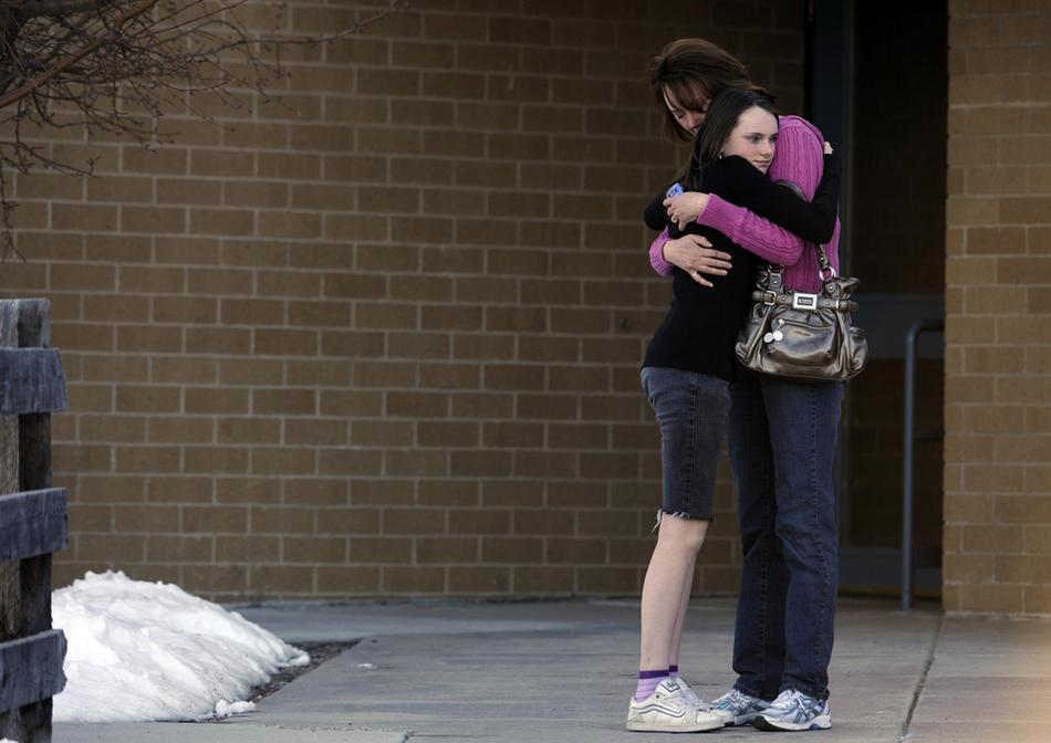 13. Лиза Насстром обнимает свою 13-летнюю дочь Кайлу, которая была в школе, когда за окном началась стрельба. (Kathryn Scott Osler / The Denver Post)