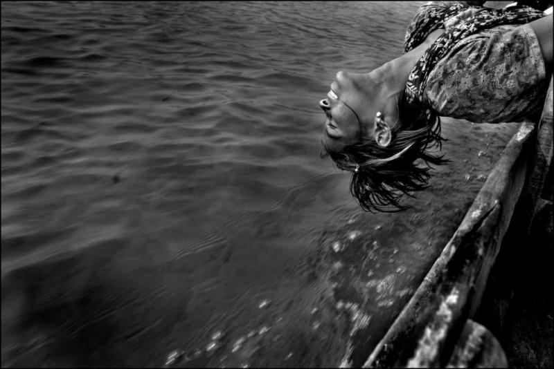 15) Шапна (13 лет), иногда она забивает на работу и просто плывет с братом на лодке.