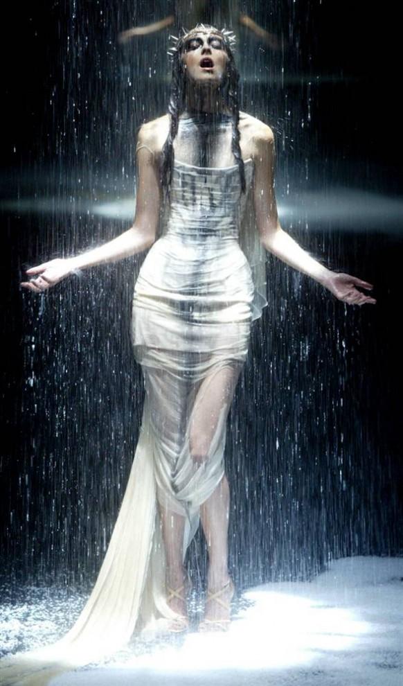 15. Модель танцует во время шоу «Черный», который спонсировал МакКуин, в Лондоне 3 июня 2004 года. Все средства от этого мероприятия пошли в организацию, занимающуюся поддержкой людей, больных СПИДом. (Nicolas Asfouri / AFP - Getty Images)