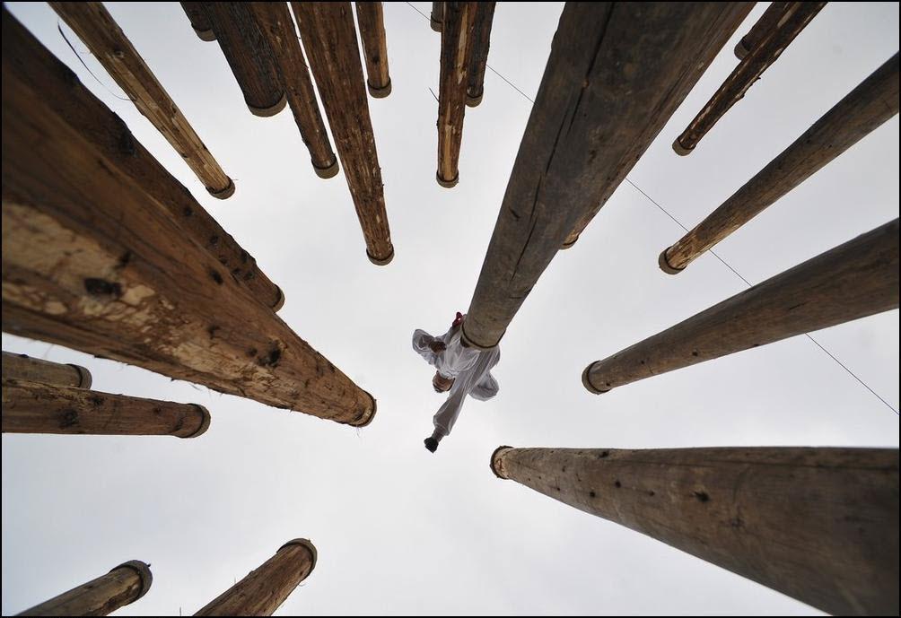 14) Воин восточных единоборств показывает навыки перемещаясь по деревянным столбам. (Reuters/Stringer Shanghai)