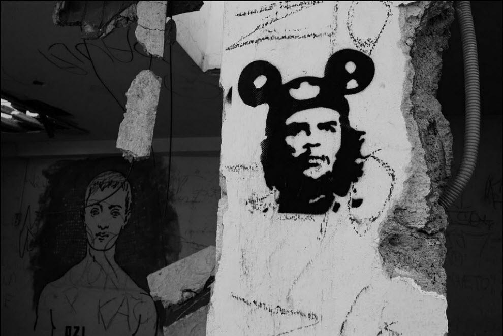 15) Граффити на стене полуснесенного дома.
