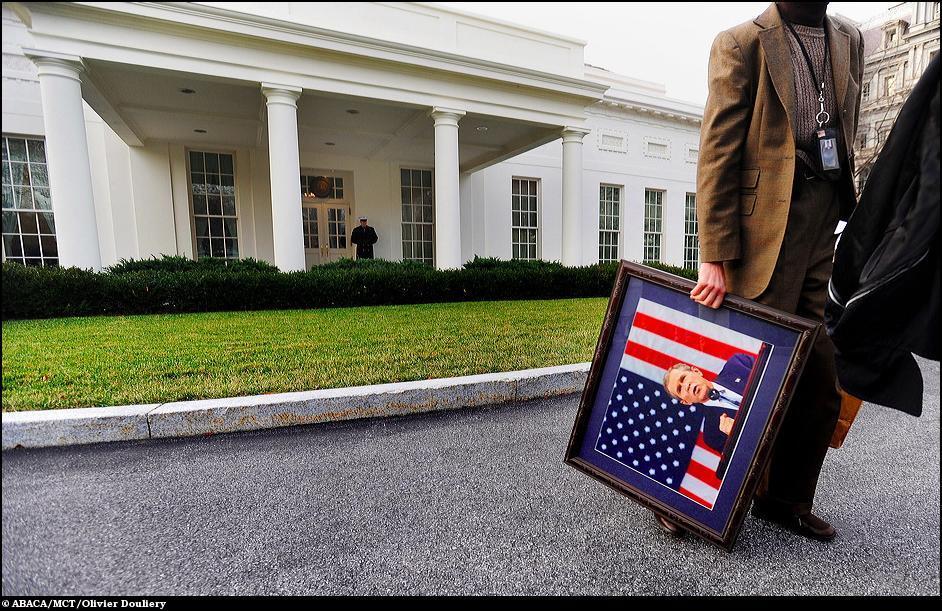 15) Персонал Белого дома выносит последние напоминания о Джордже Буше.