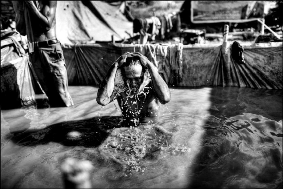 15) По окончании рабочего дня шахтер моется в той же воде, в которой он недавно мыл золото.