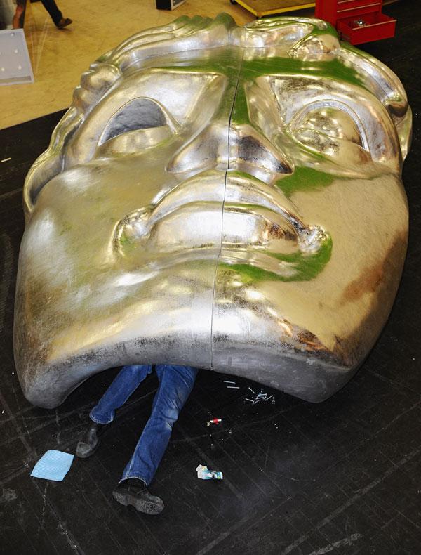15. Рабочий сцены собирает огромную маску перед церемонией вручения премий «BAFTA Awards 2010» в королевском оперном доме в Лондоне. (Photo by Ian Gavan/Getty Images)