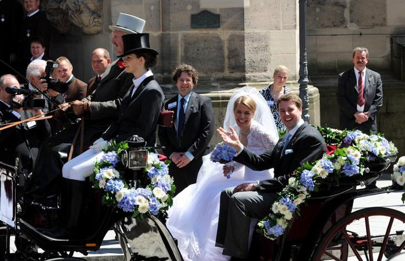 Свадьба европейских аристократов - Хубертус Михаэл, наследный принц Саксон-Кобургский и его молодая жена покидают церковь после церемонии бракосочетания в немецком городе Кобург. На этой свадьбе, которая проходила 23 мая 2009 года присутствовало около 400 гостей, многие из которых принадлежат к европейским аристократическим кругам. (Tobias Hase)
