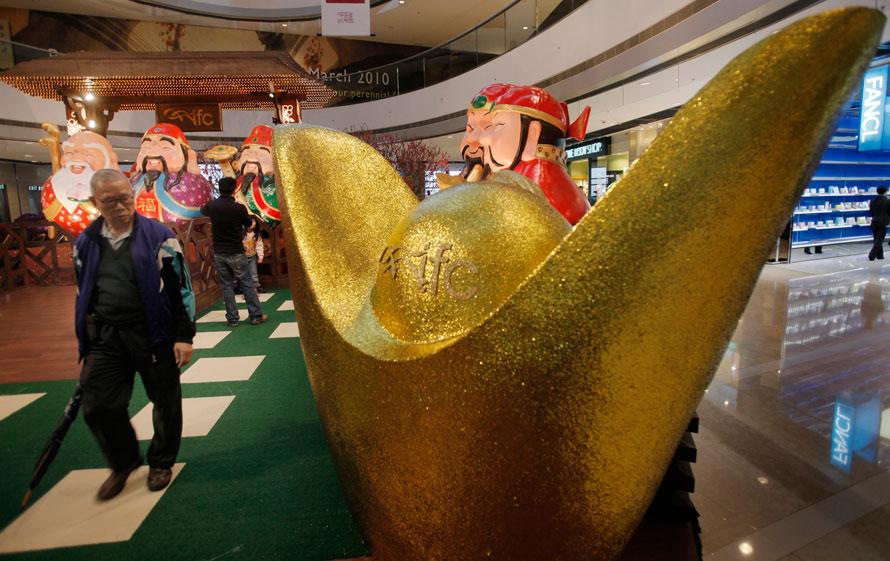 16. Мужчина проходит мимо декораций по случаю китайского нового года в торговом центре в Гонконге. Китайский новый год тигра начнется 14 февраля. (AP Photo/Vincent Yu)