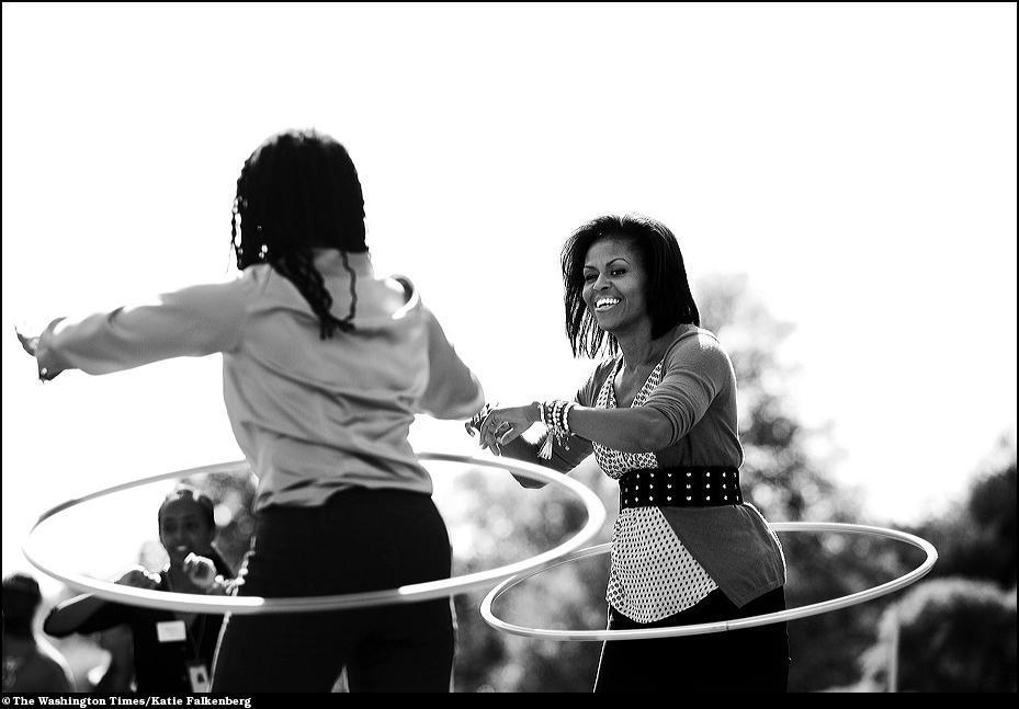 16) Первая леди страны Мишель Обама крутит хулахуп во время дня детского здоровья в Белом доме.