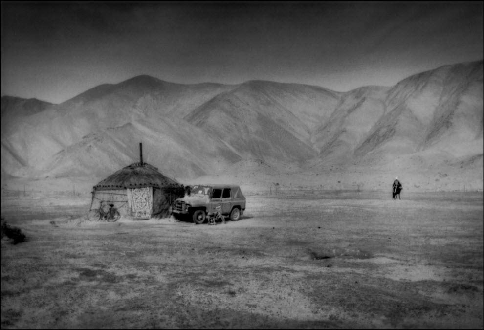 16) Всадник, приближающийся к своему лагерю в горах Памира.