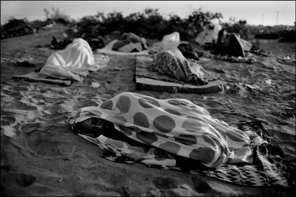 16) Беженцы из Сомали и Эфиопии прибывают в Аден, Йемен.