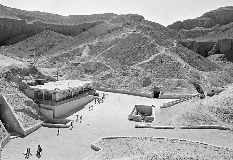 17. Вход в гробницу Тутанхамона (в центре) лежит перед туристическим центром в египетской Долине Фараонов. Археолог Джон Ромер опасается, что Нил может затопить долину. (AP Photo/Nicolas B. Tatro)