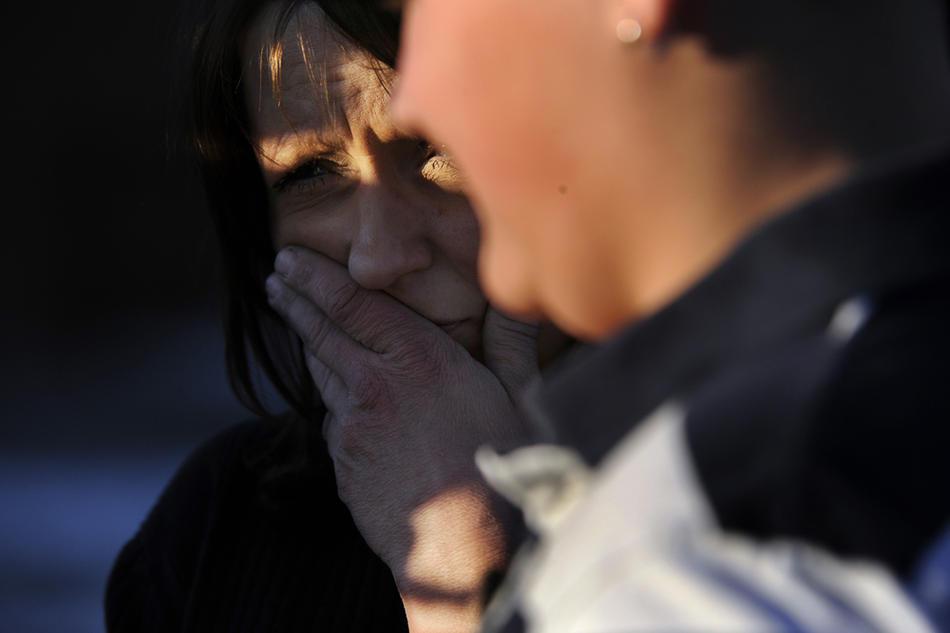 17. Джина Обландер (слева) шокирована словами своего 15-летнего сына Ника – очевидца страшных событий. (Kathryn Scott Osler / The Denver Post)