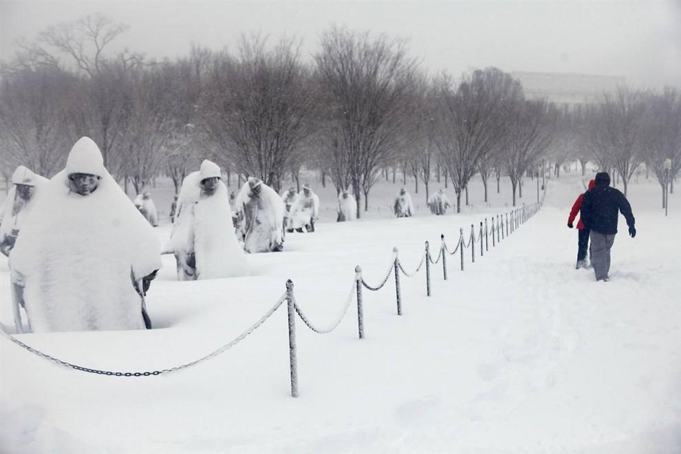 17. Парочка идет по снегу мимо памятника жертвам корейской войне к мемориалу Линкольна в Вашингтоне 6 февраля. (Jacquelyn Martin / AP)