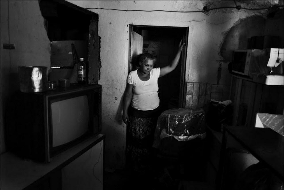 17) Мария Креуза да Силва переезжает с семьей в другой дом, который им позволили занять на пару недель. Этот снесут, тот через две недели тоже. Куда им деваться потом, никто не знает.