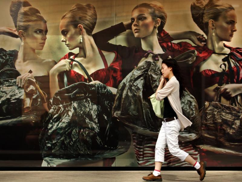 17. Китаянка идет мимо рекламного щита бутика модной одежды в Пекине. Китайский стимулирующий план в 585 миллиардов долларов дал отличные результаты в восстановлении экономики – третьей крупнейшей в мире. (UPI Photo/Stephen Shaver)