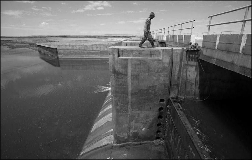 17) Дамба Кокарал, построена для защиты Аральского моря, 150 км от Аральска.