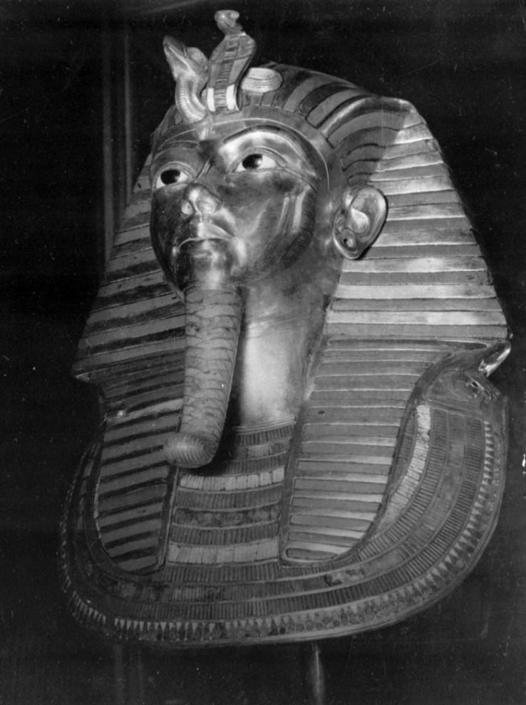 Маска золотого гроба короля Тутанхамона, правившего Египтом примерно в 1350 г до н.э. в музее Египетких сокровищ в Каире. Маска из чистого золота весит более 10.5 кг. На лбу – олицетворение богинь Северного и Южного Египта. (AP Photo)