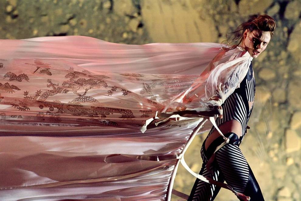 18. Модель представляет оригинальное творение Александра МакКуина 8 марта 2003 года на показе его коллекции осень/зима 2003-2004 в Париже. (Jean-pierre Muller / AFP - Getty Images)