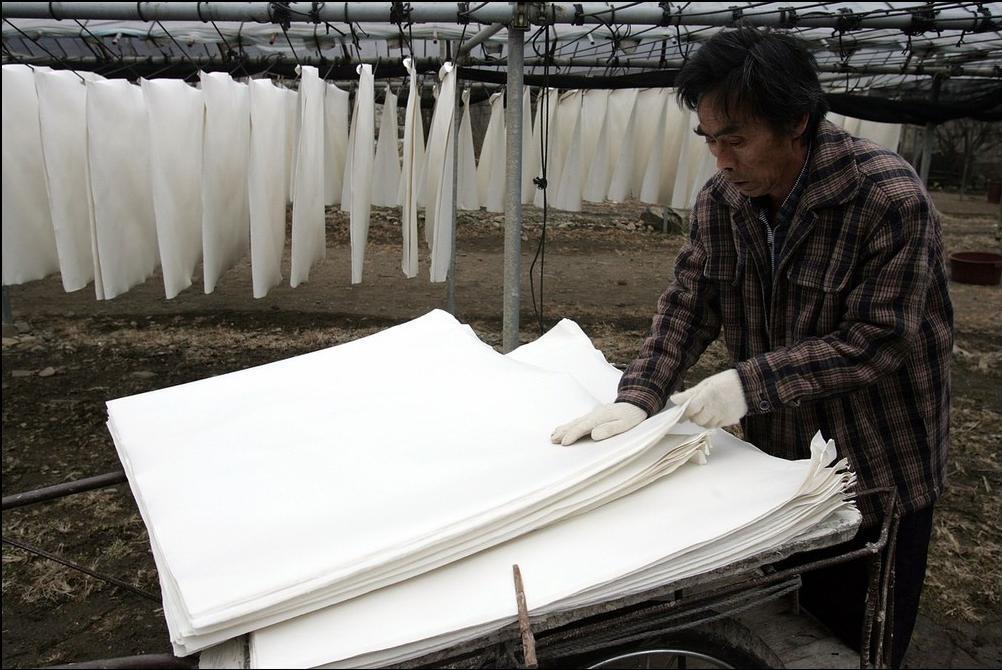 18) Бумагу, которая высохла, снимают, укладывают и отвозят для дальнейшего производства из нее поделок. (Getty Images/Chung Sung Jun)